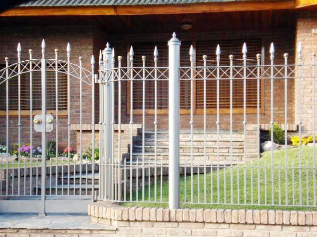 Rejas para ventanas rejas para balcones frentes de rejas for Cerramientos de jardines y casas